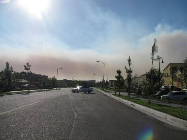 Le panache de fumée s'étend vers notre complexe d'appartement